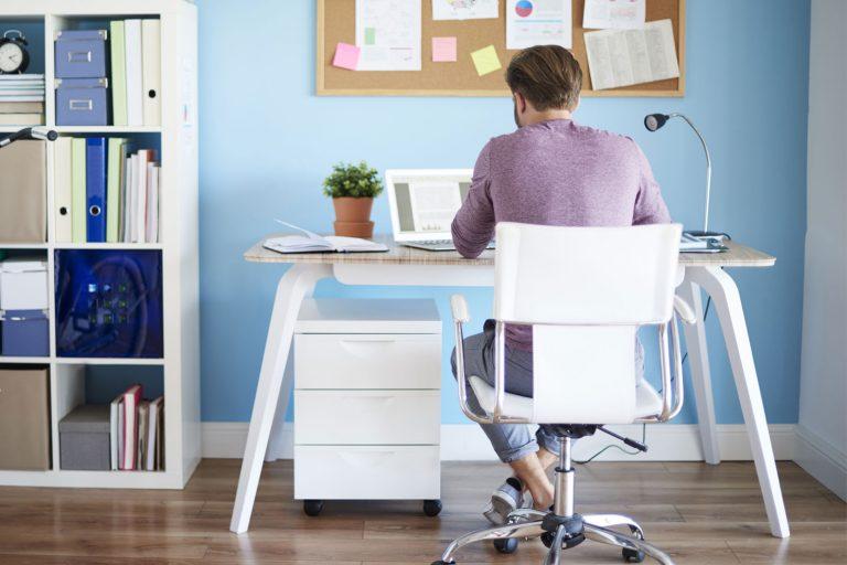 Enkeltpersonforetak-innehaver som sitter ved pulten