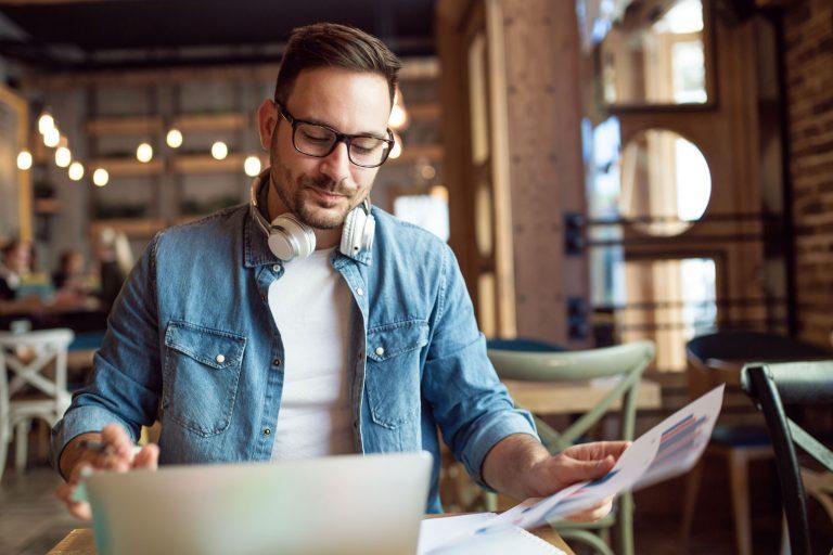 Mann som jobber i en kafe