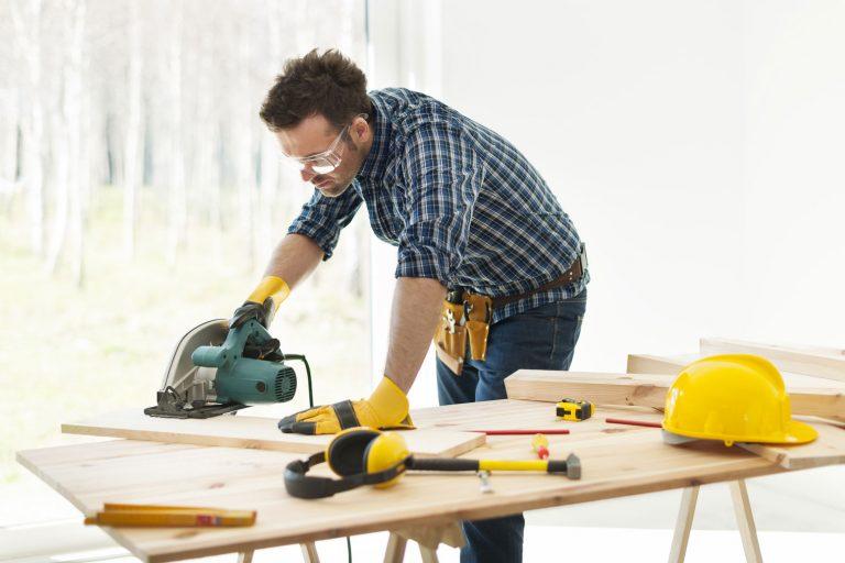Håndverker som arbeider med verktøy