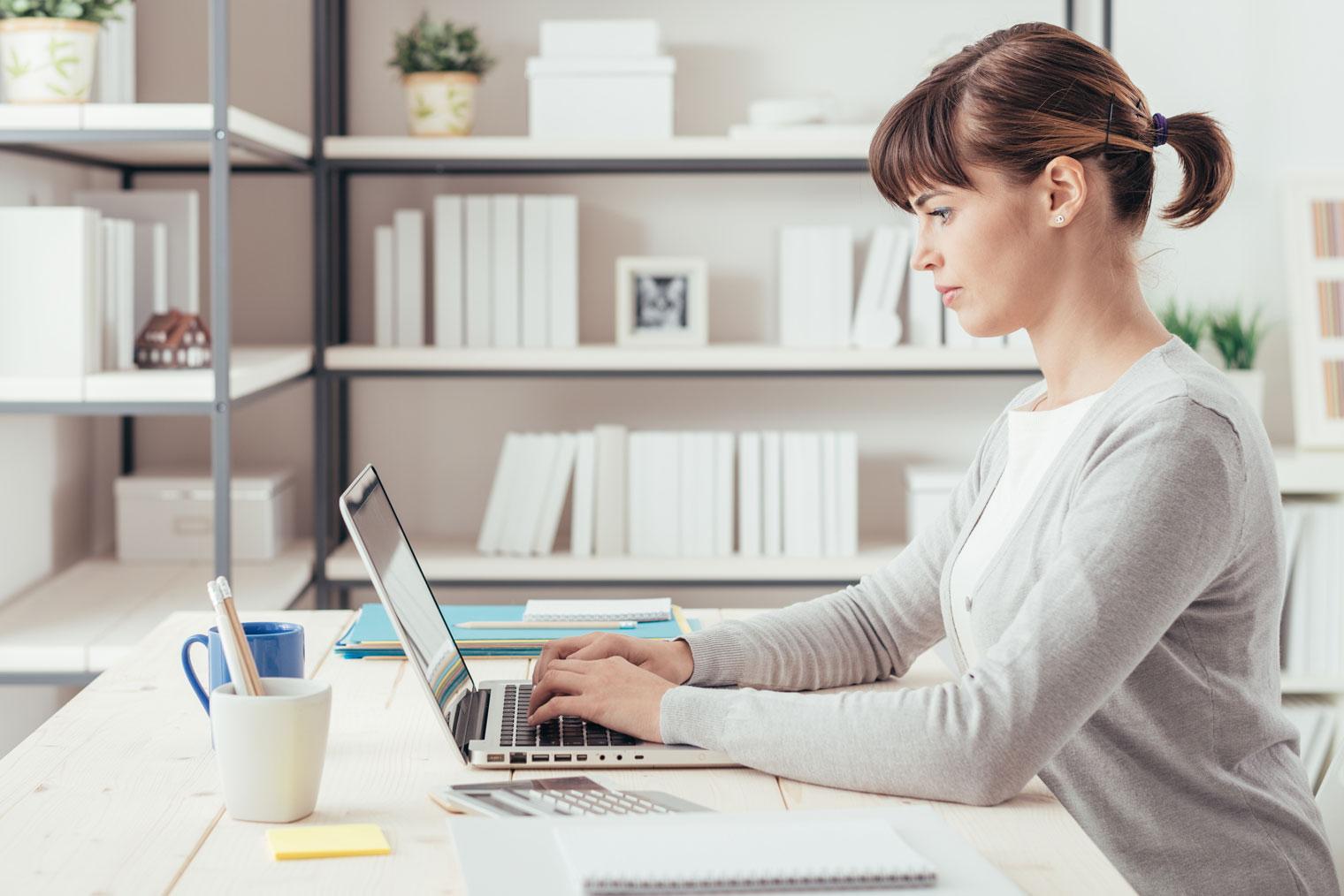 Kvinne med enkeltpersonforetak jobber hjemmefra