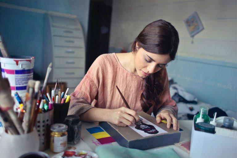 Arbeidstaker som også driver enkeltpersonforetak som kunstner.
