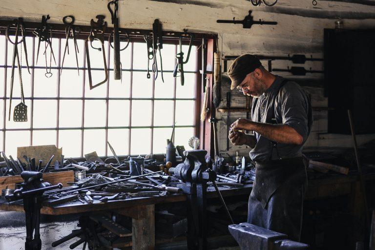 En håndverker som driver enkeltpersonforetak