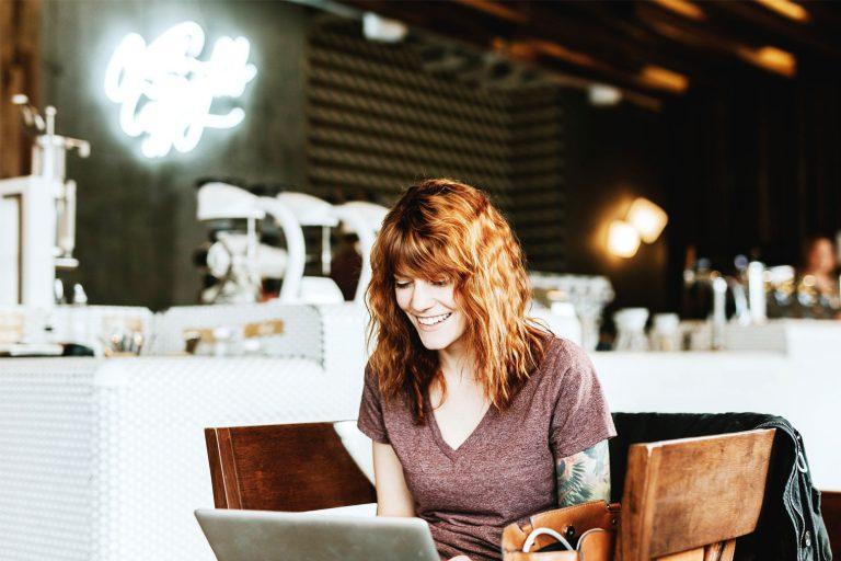 Enkeltpersonforetak-innehaver som arbeider på en laptop