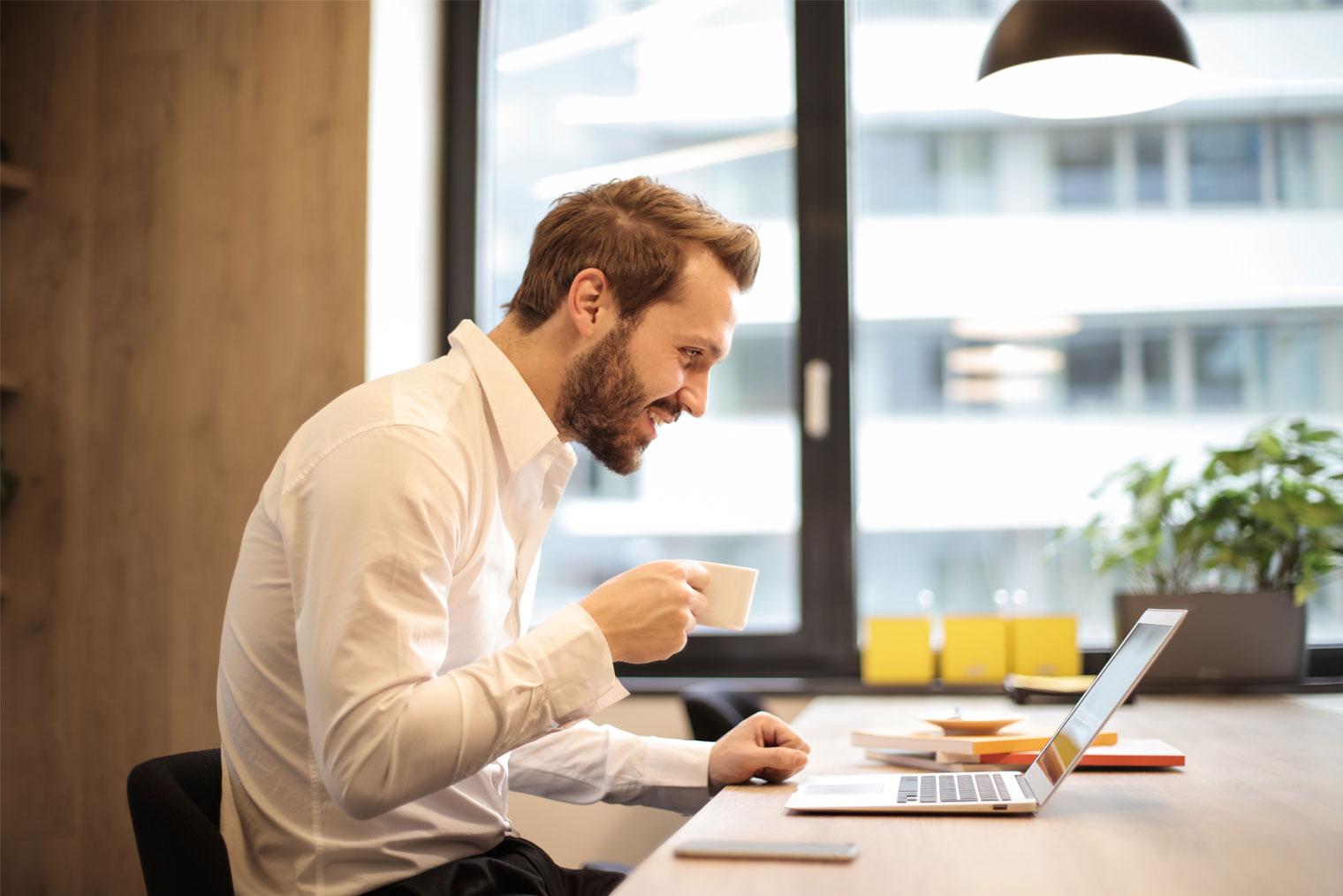 Enkeltpersonforetak-innehaver som jobber med et bord