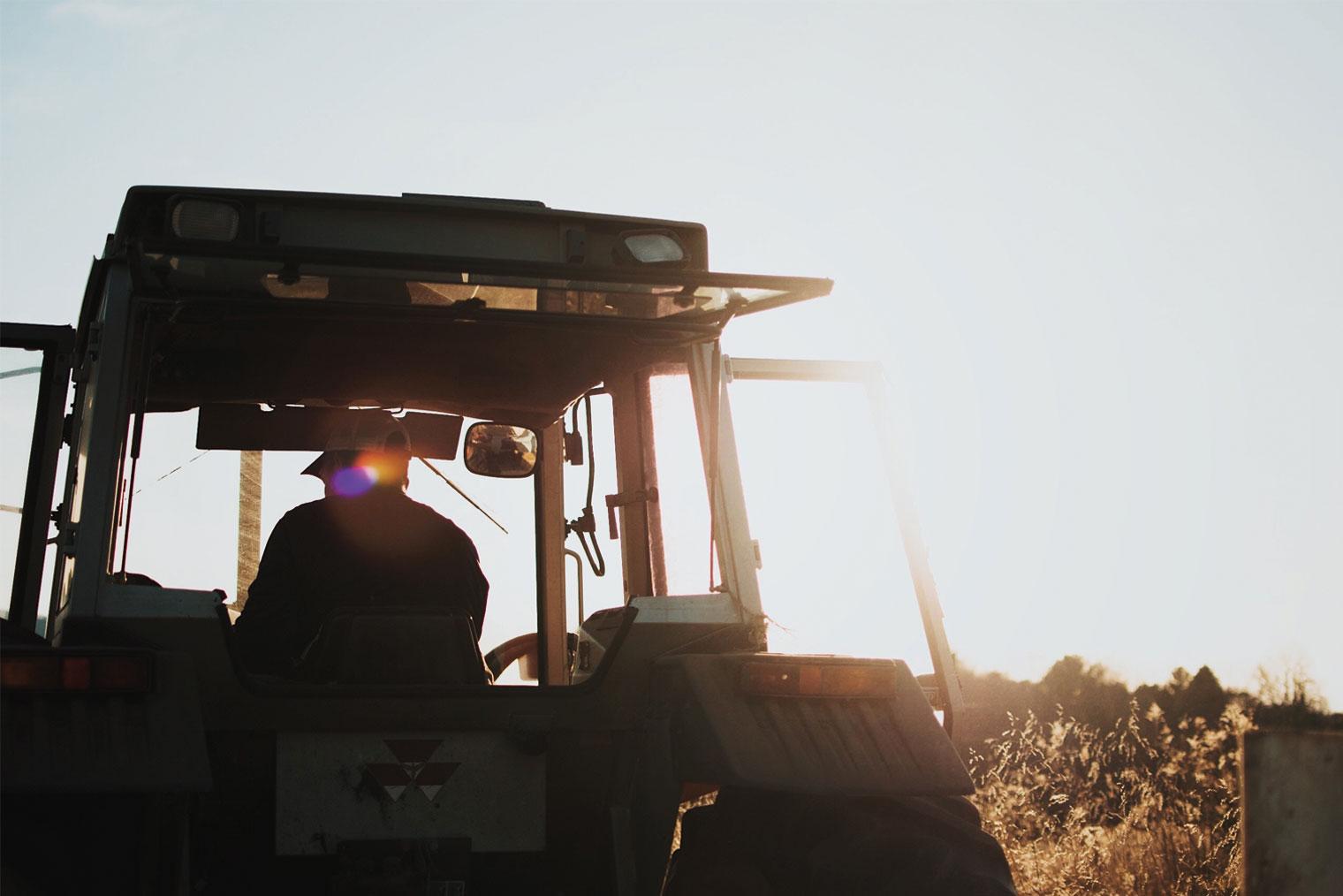 Mann som kjører traktor