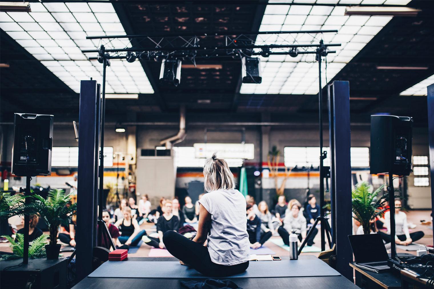Yoga instruktør som underviser en gruppe