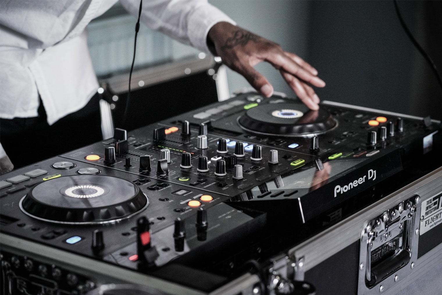 DJ som arbeider