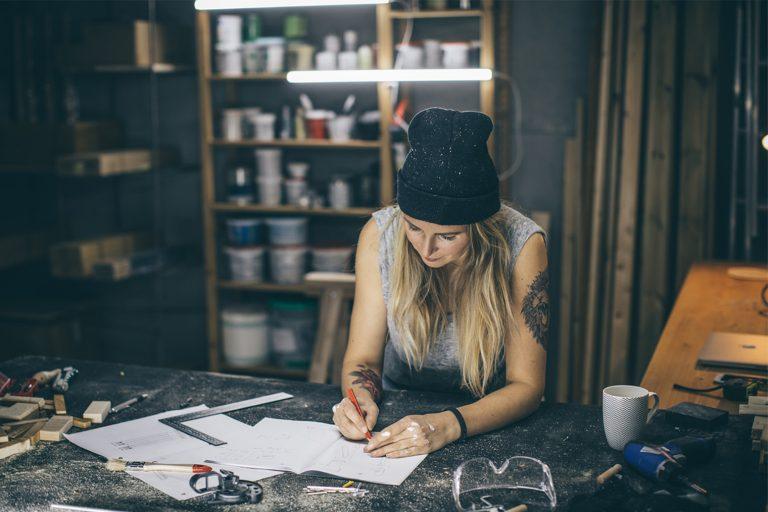 Kvinne som driver med håndverk i garasjen