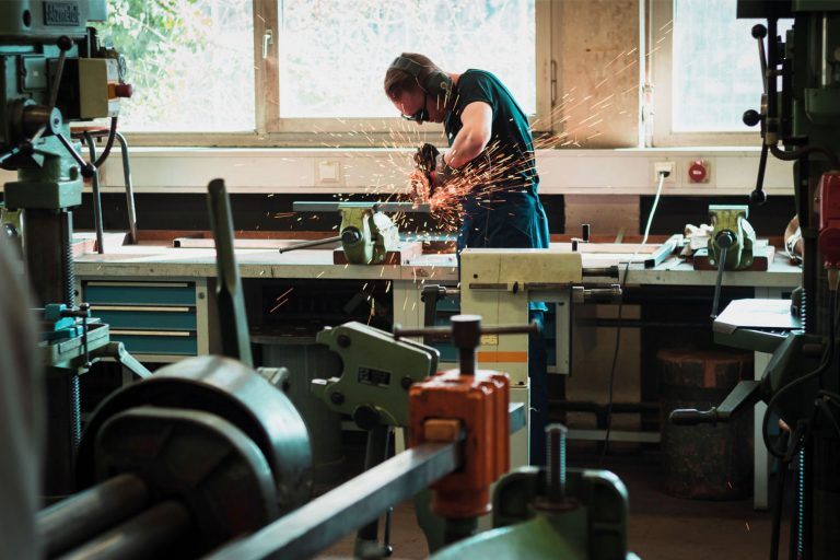 Håndverker som arbeider på verksted