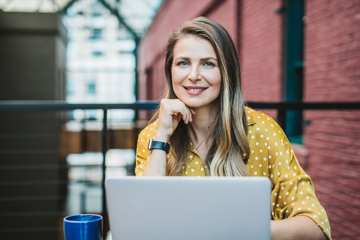 Kvinne som arbeider på laptop