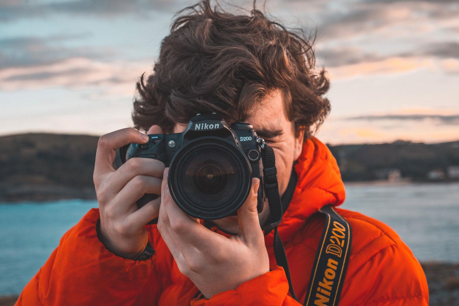 En fotograf som tar bilde mot kameraet