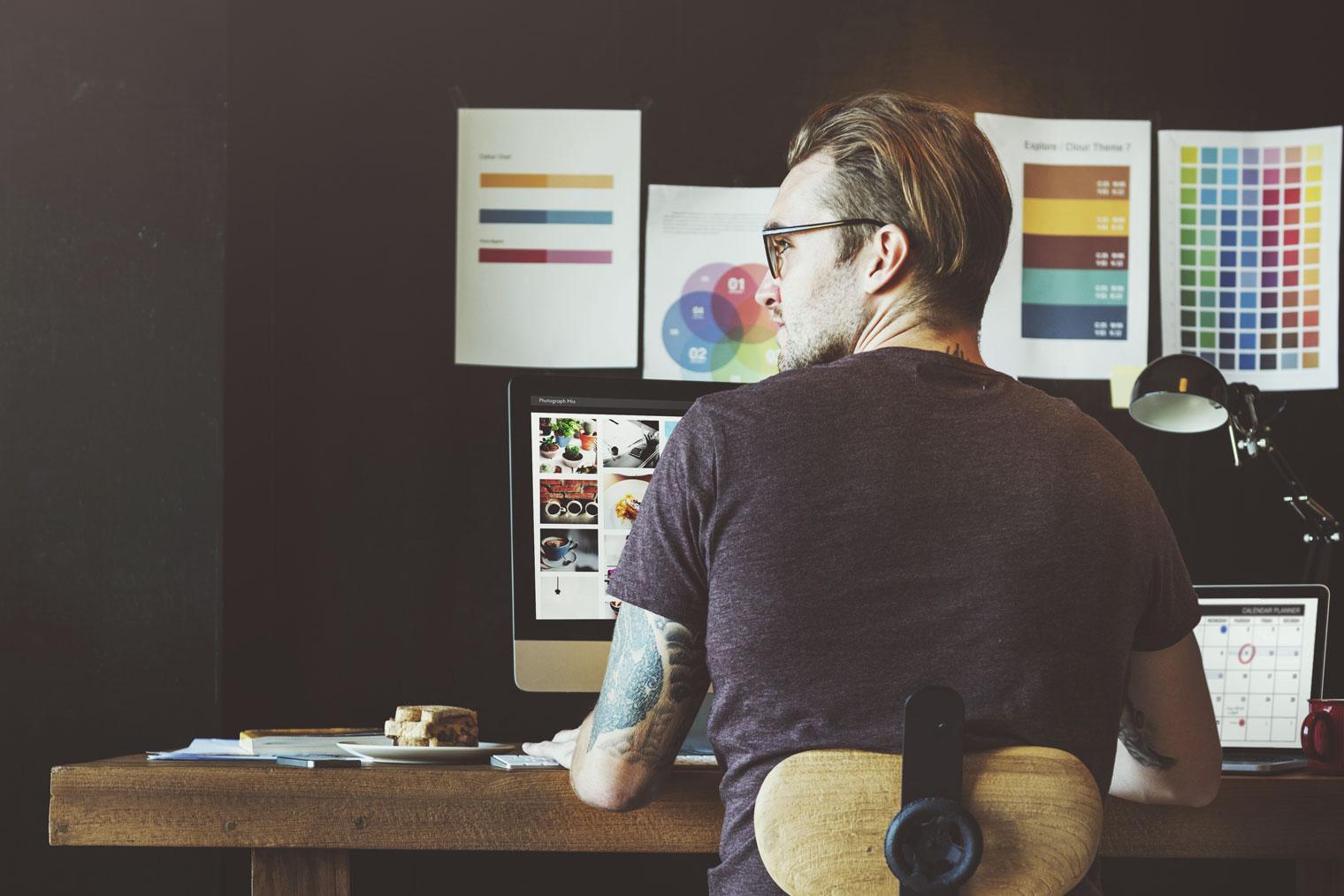 Designer som arbeider ved et skrivebord